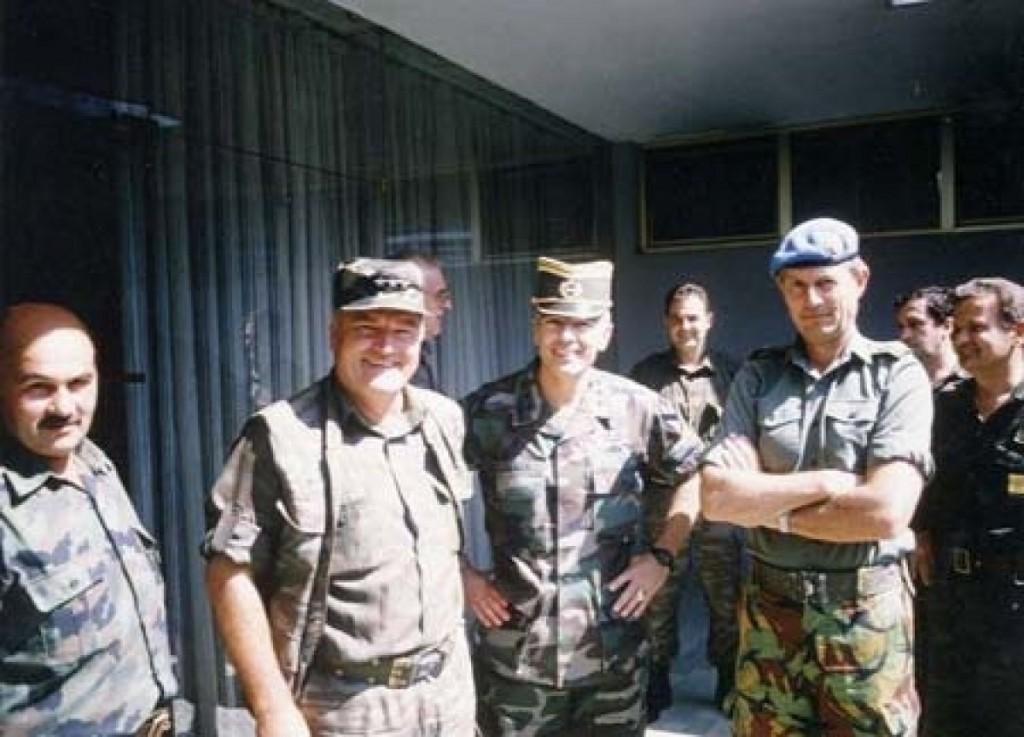Nekadašnji američki Nato general Wesley Clark i Mladić Ratko u drugarskoj razmjeni oficirskih kapica, sa ''neutralnim'' britanskim UN generalom Michaelom Roseom (1)