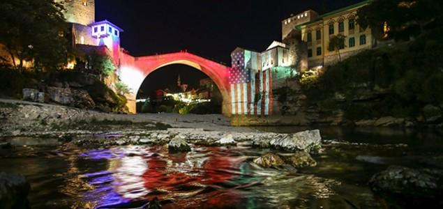 Stari most je sinoć osvijetljen bojama zastave SAD-a