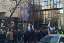 Nekoliko stotina sindikalista i bivših boraca protestuje pred Parlamentom FBiH