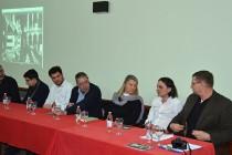 SJEĆANJE NA ŽRTVE RATNIH ZLOČINA U BIH: Aktivistkinje iz Hrvatske i Srbije bacile ruže sa Starog mosta
