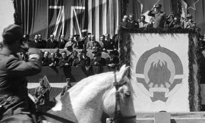 653341_02.general-branko-obradovich-raportira-vrhovnom-komandantu-i-poydravqa-poasnu-lozzu-1.maja-1945.-godine_f