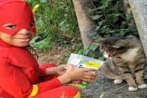 Mali superheroj spašava ulične mačke