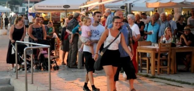 Završen 4. Fra Ma fu festival: Sudionici, gosti i stanovnici Fažane tijelima načinili koreografiju za Milenijski fotografiju posovećenu Mati Parlovu