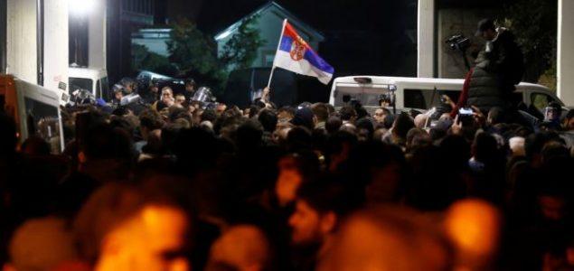Policija izvela demonstrante iz RTS-a, MUP podneo krivične prijave