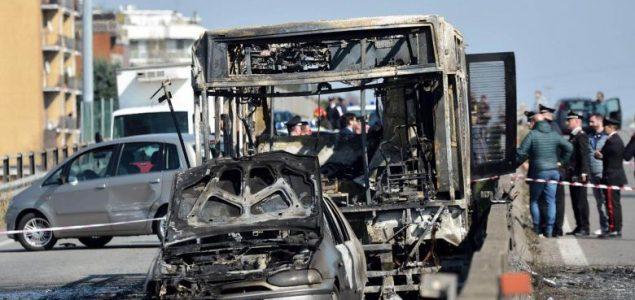 Italijanski vozač oteo autobus pun djece i zapalio ga