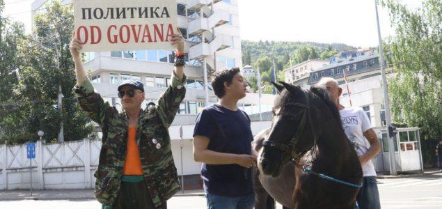 Građani  ispred OHR-a potkovali konja Milana