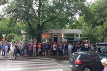 """Video: Više od hiljadu ljudi ispred centrale HDZ-a u Mostaru, čuju se povici """"Dragane, lopove"""""""