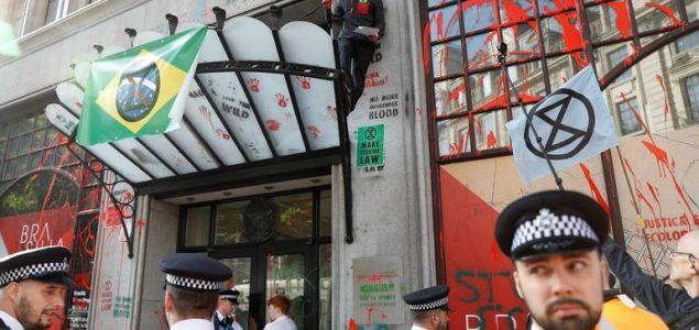 London: Aktivisti ambasadu Brazila gađali crvenom farbom