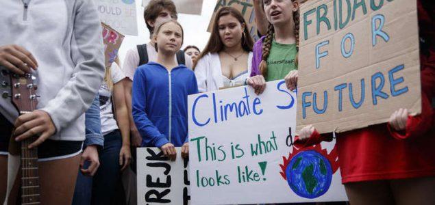 Greta Thunberg dovela klimatske aktiviste pred Trumpova vrata