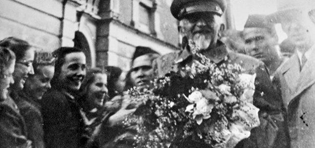 Pjesnik Vladimir Nazor i partizani oslobađaju Split