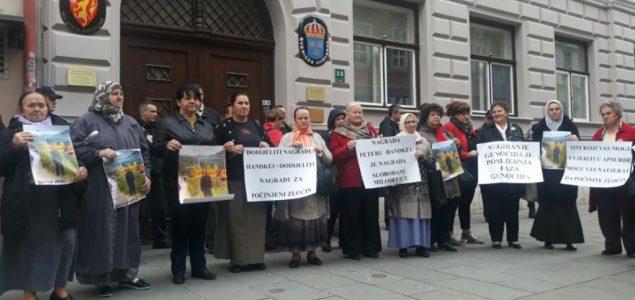 Protest zbog Nobela Handkeu ispred Ambasade Švedske u Sarajevu