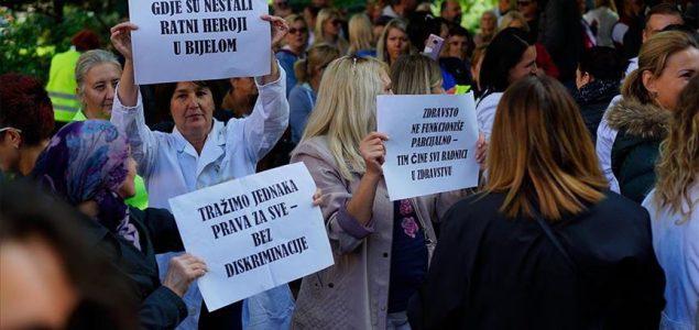 Radnici u zdravstvu protestuju ispred Vlade u Sarajevu: Diskriminisani smo od 2017.