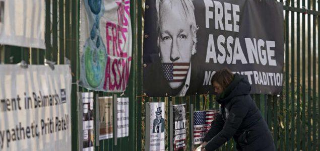 Assange se žali da ne može pratiti sudski postupak