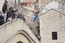Skok u Neretvu i velika bh. zastava na Starom mostu
