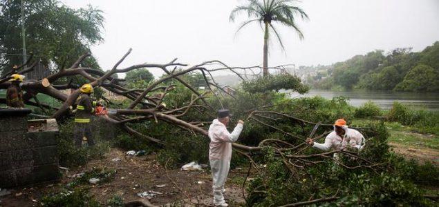 Tropska oluja Ajsajas prerasla u uragan prve kategorije, ide ka Bahamima