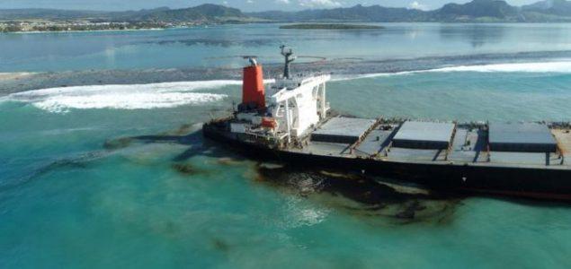 Ekološka katastrofa: Prepolovio se teretni brod iz kojeg ističu tone nafte kod Mauricijusa