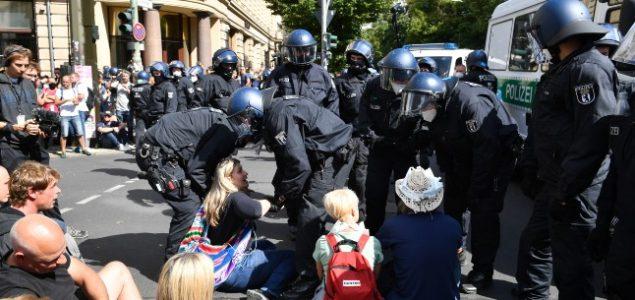 Policija u Berlinu prekinula proteste protivnika mjera protiv COVID-19