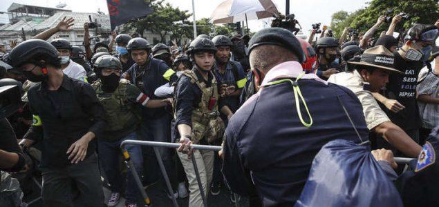 Tajland zabranjuje proteste, uhapšeni demonstranti