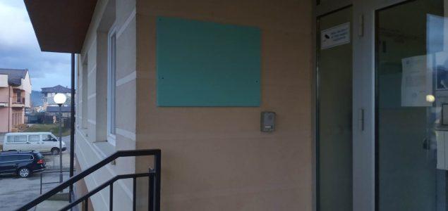 Uklonjena sporna ploča s imenom zločinca Radovana Karadžića sa Studentskog doma na Palama