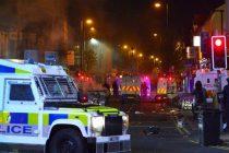 Neredi u Belfastu: Grupa mladih napala policiju i zapalila autobus