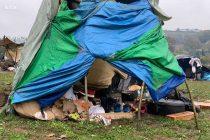 Stotine migranata kod Velike Kladuše u nehumanim uslovima čeka bolje sutra